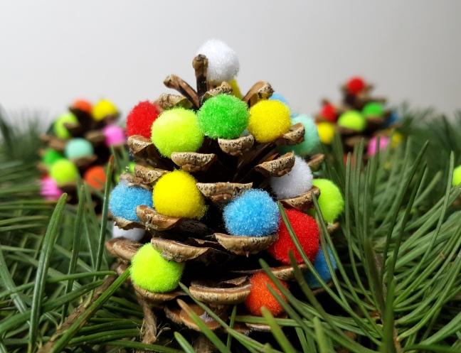 bunte Tannenzapfen für den Weihnachtsbaum