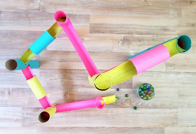 DIY Kugelbahn aus Papierrollen